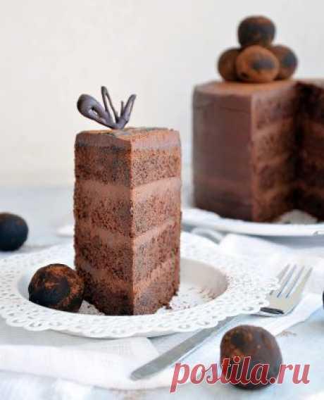 Шоколадный торт Знаете ли вы людей, которыене любят шоколад?!Такое даже представить сложно! Шоколад вызывает у нас самые положительные эмоции, поднимает настроение и помогает испытать огромное удовольствие! Нодаже самый вкусный шоколад может приесться. А это значит, что пора экспериментироватьи приготовить восхитительный шоколадный торт. Его вкус - не приторный, а сдержанно сладкий и горький, как настоящий качественный шоколад.Влажные мягкие коржи с плотной текстурой ...
