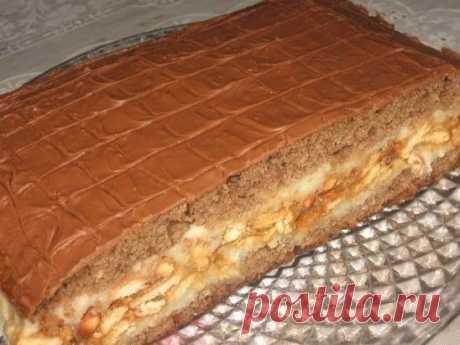"""Торт """"Сникерс"""" Приготовьте для торта: Для теста: - 3 яйца - 1 стакан сахара - 3 ст. ложки какао - 3 ст. ложки сметаны - 1 стакан муки - 1 ст. ложка разрыхлителя (порошок для выпечки) 1-й крем: - 3 стакана молока - 1 стакан манки - ¾; стакана сахара - 250г сливочного масла 2-й крем - 1 пачка крекера (печенье) - 0,5л вареной сгущенки - 200г жареного арахиса Для глазури: - 200г шоколада Готовим тесто. Отделяем желтки от белков. Белки взбиваем с сахаром, осторожно добавляем желтки и продолжаем"""