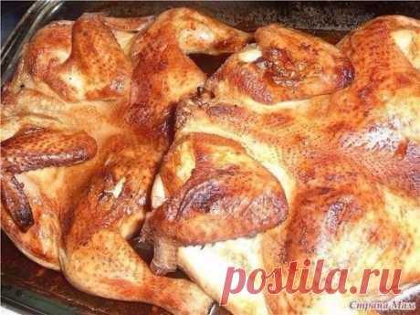 Самая вкусная, самая нежная курица! Решила с вами поделится рецептиком приготовления курочки, так же можно приготовить голень, окорочка. Это просто сказка!!! Нежнее мяса я не ела. Понадобится: 1 ст. л. сахара 1 ст. л. соли 1 ст. горячей воды 2-3 зубчика чеснока Приготовление: 1. Куриные части промыть и уложить на сухой противень. 2. Смешать сахар и соль в маленькой кастрюльке. Нагревать на сильном огне до тех пор пока сахар не расплавится. Как только смесь потемнеет снять с огня, залить стака