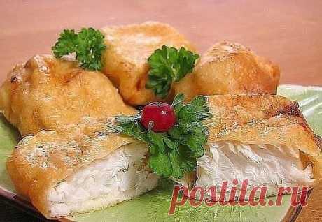 6 рецептов кляра для рыбы.  1. Рыба в сырном кляре Рыба в этом кляре получается очень вкусная и достаточно сытная.  Ингредиенты: - 200 гр филе рыбы - 3 ст. ложки майонеза - 4 яйца - 100 гр твердого сыра  Приготовление: 1. Сыр натираем на крупной терке, смешиваем с яйцами и майонезом. 2. Все тщательно перемешиваем, добавляем соль, перец и муку. Все снова перемешиваем. 3. Берем филе рыбы, режем на небольшие кусочки, обмакиваем каждый в сырный кляр и обжариваем с обеих сторо...