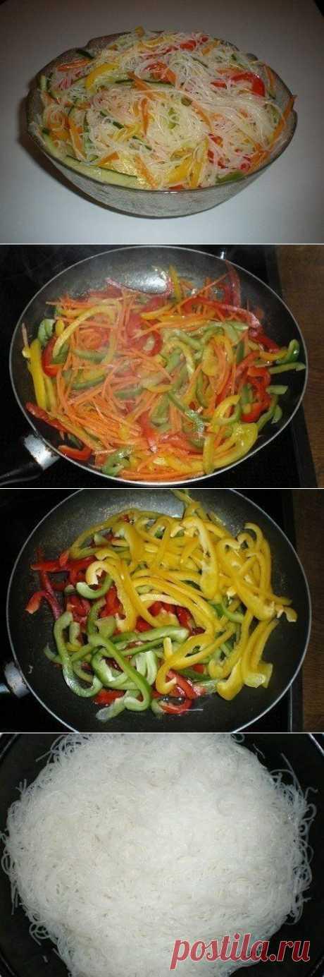 """Новости Салат """"Фунчоза с овощами""""  Ингредиенты:  200 г. лапши прозрачной рисовой 3 шт. болгарского перца разного цвета 2 моркови 3-4 зубчика чеснока масло растительное 1 огурец свежий 2 ч.л. уксуса соль соя (соевый соус)"""