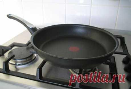 Как почистить антипригарную сковороду Содержание. Как бережно очистить тефлоновую сковороду от нагара. Чистим нагар снутри сковороды. Хозяйственное мыло. Кипячение с содой. Силикатный клей. Нагар снаружи – отмываем на раз, два, три. Гели и кремы. Средства в форме спрея. Пена против нагара. Жидкие средства. Топ-5 советов по уходу за тефлоновой сковородой. Как бережно очистить тефлоновую сковороду от нагара. Сковорода с тефлоновым покрытием – неподменная ассистентка в приготовлении еды.