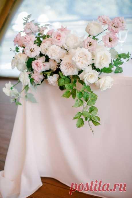 Невеста Татьяна мечтала о романтичной свадьбе в живописном месте, утопающем в нежности розовых роз 🌺
