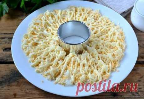 Куриный салатик на праздник  Ингредиенты: - Куриная грудка — 300 Грамм  - Сыр твердый — 150 Грамм  - Яйца куриные — 4 Штуки  - Морковь — 1 Штука  - Киви — 1 Штука  - Кукуруза консервированная — 100 Грамм  - Майонез — 3 Ст. ложки   Пртготовление: 1. Подготовьте все необходимые ингредиенты. Морковь и куриную грудку отварите до готовности, яйца сварите вкрутую (7-9 минут), это можно сделать заранее.  2. Твердый сыр и морковь натрите на мелкой терке.  3. На такой же терке натр...