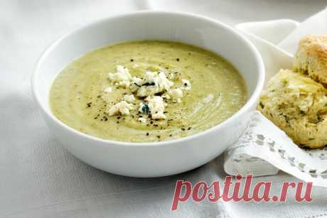 Broccoli, zucchini and blue cheese soup