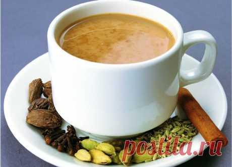 Чай Масала — горячий напиток Дальнего Востока. Проще сказать, это чай с молоком, который давали индийским бедным рабочим для бодрости английские колонизаторы. Изначально он был популярным лишь в начале 19 века в Индии, как английской колонии.