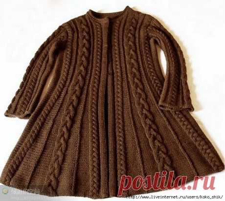 Пальто с расклешенной юбкой спицами узорами из кос