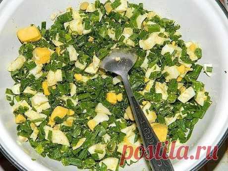ПИРОГ С ЯЙЦАМИ И ЗЕЛЁНЫМ ЛУКОМ Пальчики оближешь  Для приготовления пирога с яйцами и зеленым луком потребуется:  Для теста: 4 яйца; соль; 7 ст. л. муки; 1/3 ч. л. соды; 200 г сметаны; 1 ст. л. майонеза. Для начинки: 6 вареных яиц; большой пучок лука; соль.  Яйца взбить с солью. Добавить сметану и майонез. Перемешать.Добавить соду и муку. Замесить тесто.  Для начинки порезать вареные яйца, зеленый лук. Посолить и перемешать.  Я готовила пирог в мультиварке, но его мож...