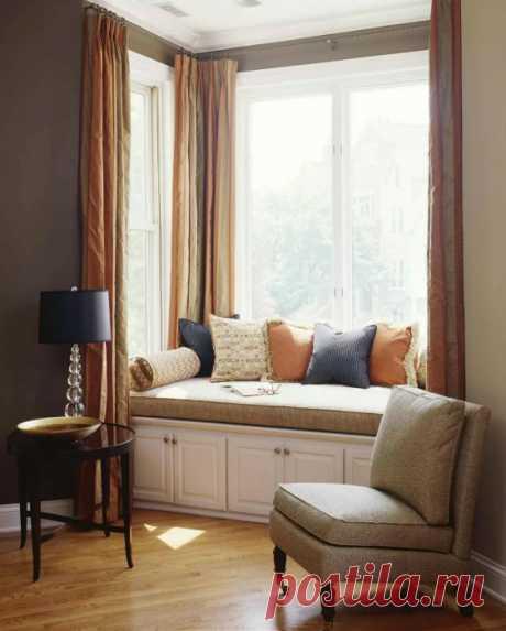 Las ideas cautivadoras, como correctamente formalizar el rincón confortable cerca de la ventana para el descanso y la lectura
