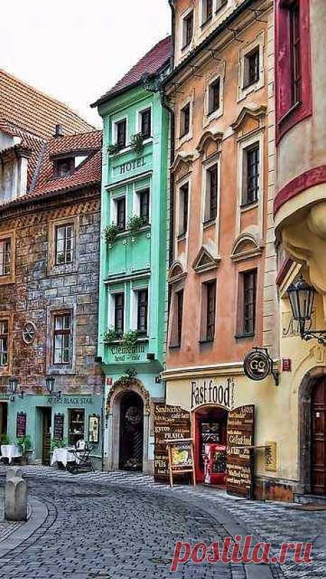 Самый маленький отель в Праге. Этот отель находится в само сердце исторической части Праги в Чехии. Его знают все туристы, хоть раз побывавши в чешской столице – его упоминают во ...