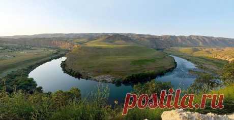 ՏԻԳՐԻՍ ԳԵՏ//Tigris River--Հայկական Լեռնաշխարհ/Armenian Highland-  Միջագետքի երկրորդ մեծ գետը։ Տիգրիսը սկիզբ է առնում Հայկական լեռնաշխարհից և 2250կմ երկարություն ունի։ Պարսից ծոցի գետաբերանից 64կմ հեռավորության վրա այն միանում է Եփրատ գետին։ Տիգրիսը վարարում է գարնանը և աշնանը։ Նրա ափերին են հիմնվել երբեմնի հզոր ասորեստանյան քաղաքներ Նինվեն, Քաղանը և Ասուրը։ Աստվածաշնչում այն հիշատակվում է որպես Եդեմի չորս գետերից մեկը։ (Ծն 2.14, Դն 10.4)