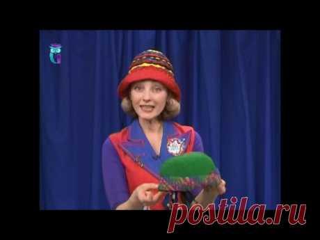 Cosemos los sombreros de señora de estilo de nada por medio de las recepciones simples. El maestro la clase. Tatiana Lazareva