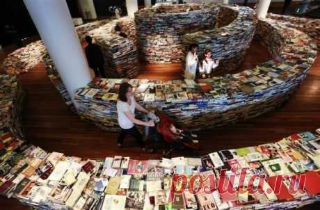 Labyrinth from books in London. - We travel together