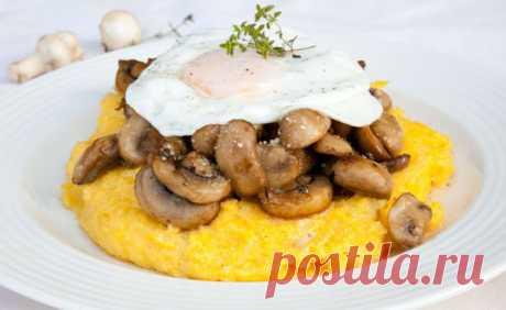 Мамалыга с сыром, грибами и яйцом  Вкуснейшее блюдо из кукурузной муки, шампиньонов, сыра и яиц. Без яиц и сыра блюдо становится постным.