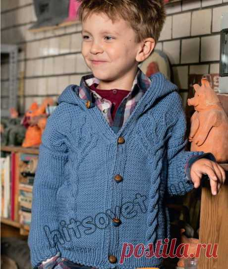 """Жакет с капюшоном для мальчика - Хитсовет Стильный вязаный жакет с капюшоном с мотивом """"Дерево""""для мальчика со схемами и бесплатным описанием вязания."""