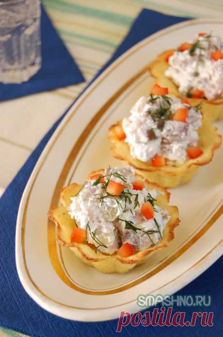 Original snack in tartlets. Potato baskets.