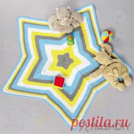 Коврик в форме звезды Коврик в форме звездыКоврик-«звездочка» идеально подходит для детской комнаты. Вы можете сделать его из разных цветов пряжи, как в нашем мастер-классе, или придумать свой вариант.ВАМ ПОТРЕБУЕТСЯХлопковая пряжа (или любая другая пряжа по вашему выбору) по четыре мотка разного цвета (вес одного мотка