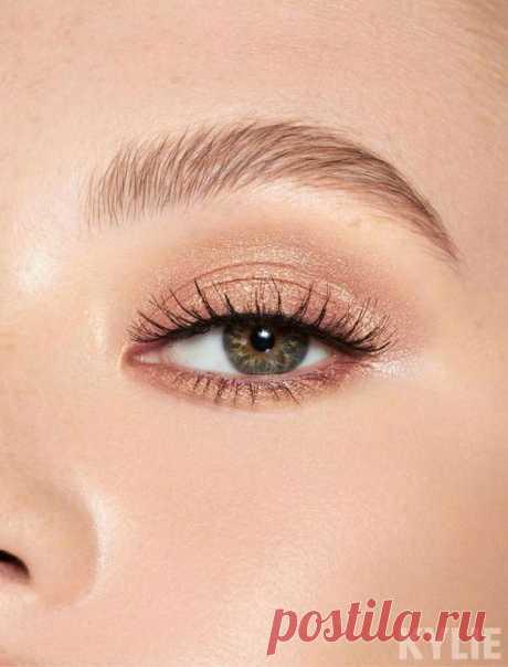 Женщинам с маленькими глазами особенно важно маскировать зону под глазами, выравнивая цвет консилером. Темные круги визуально уменьшат любые глаза. Какой продукт хорош для вас: с сияющими…