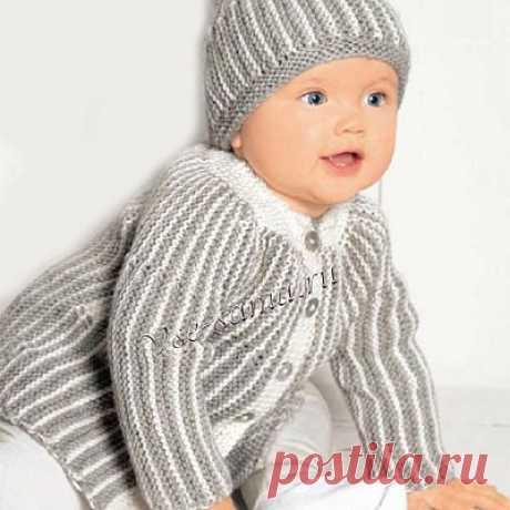 Длинный полосатый жакет и шапочка Привычное сочетание белого и серого оживляет необычная вязка.