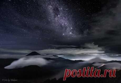 «Под звездным небом спят вулканы». Остров Ява, Индонезия. Фотограф – Алексей Самойленко: nat-geo.ru/photo/user/122147/ Спокойной ночи и вам.