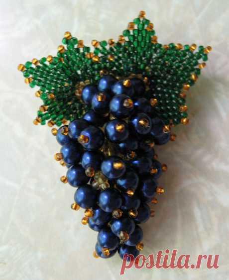 Виноградная гроздь из бисера. Брошь