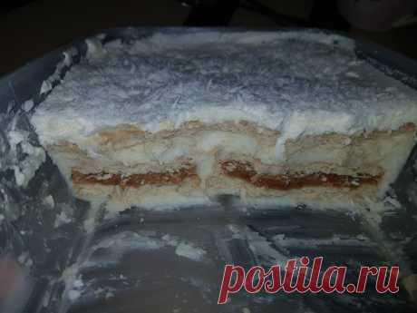 """Тортик """"Рафаэлло"""" ням-ням Добрый день! Делюсь очень простым рецептом торта Рафаэлло без запекания. Вкусно, просто и доступно ;)Понадобится:Сливки 33% 250грПеченье песочное 1 пачкаМолоко 350грКрахмал 2 ст.л.Сахар 0,5 стаканаВанильСахарная пудра 2 ст.л.Сгущенка пол банкиКокосовая стружка 100грСлив.масло 100грИтак,..."""