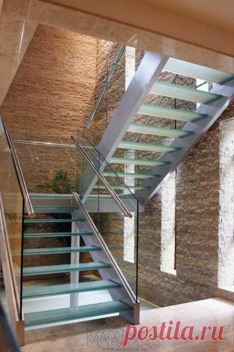 Изготовление лестниц, ограждений, перил Маршаг – Стеклянные лестничные перила с нержавеющим поручнем