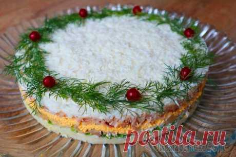 Вкуснейший салат на Новогодний стол! Такого салата всегда мало! Всем большой привет! Сегодня приготовлю очень вкусный, нежный, сытный праздничный слоеный салат с курицей и маринованными грибами. Надеюсь, что Вы его оцените, и он станет украшением Вашего празднично...