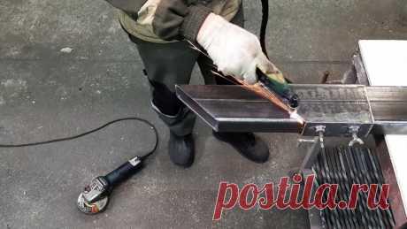 Как сделать шаблон для быстрой резки профильной трубы под углами 45 и 90 градусов Для быстрой обрезки профильных труб удобно пользоваться шаблоном. Он просто незаменим при использовании плазменного резака, так как позволяет вести плазмотрон прямо вдоль своего бортика, без надобности предварительного черчения маркером.Материалы:профильная труба;полоса;болты и гайки М8 – 2