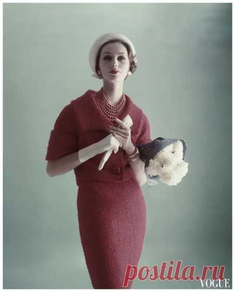 Model Lucinda Hollingsworth  Vogue Feb 1959  Photo Karen Radkai