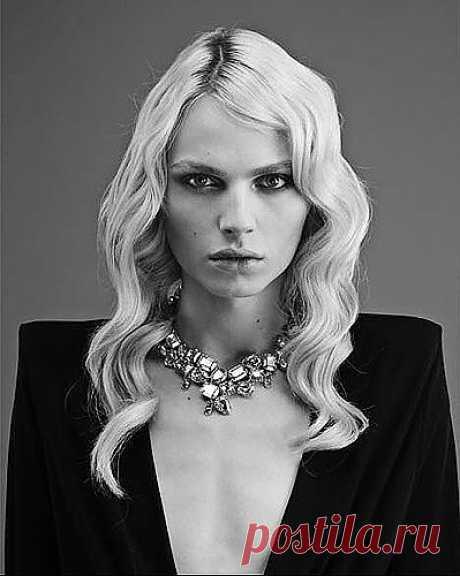 Андрогинный Андрей :  Знаете ли вы, что в последние годы в мире модной индустрии наметился небольшой переворот? Да-да, если раньше обложки глянцевых журналов украшали длинноногие красавицы, то сейчас передовые модельеры работают с восхитительными девочко-мальчиками.  Взгляните на эту фотографию. Кого вы видите?
