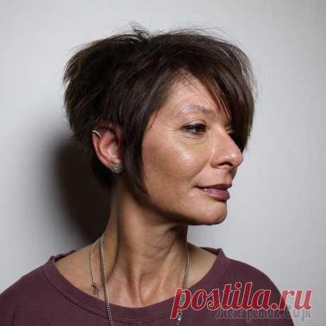 Стрижки после 60 лет на редкие волосы: 30 привлекательных идей Стрижки после 60 лет на редкие волосы: 30 привлекательных идей Невзирая на годы, каждая женщина хочет выглядеть модно и привлекательно. Тем, кто перешагнул 60–летний рубеж, вполне позволительно делат...