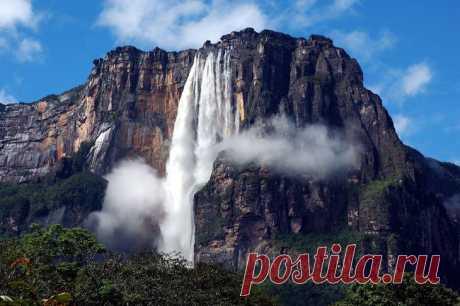 Самые красивые водопады мира Расположенный в Хорватии Национальный парк Плитвицкие озера выглядит как что-то, вырванное из райского сада. Здесь есть 16 кристально чистых озер с прекрасными водопадами. Вода течет как по известняку...