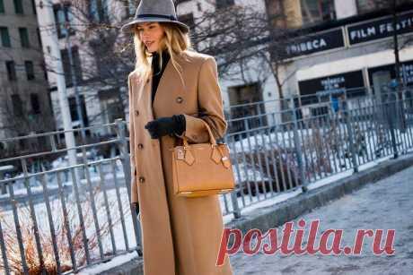 Стильные сочетания с коричневым пальто Коричневое пальто – это практически такая же классика, что и пальто в черном цвете. Однако, прежде чем добавить его в свою коллекцию, необходимо четко понимать, с чем такую вещь можно носить, а с чем не стоит. Ведь коричневый цвет несколько капризнее, чем, например, белый или серый, поэтому вписывать его в свой модный образ нужно с умом. И мы сейчас расскажем все о тонкостях этого дела.