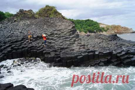 Скопление вулканических пород в виде громадных каменных столбов «Гэнь Да Диэ», красота
