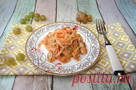 Спагетти в сливочном соусе с курицей и виноградом, рецепт приготовления