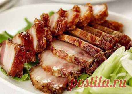 Сало в пакете  Ингредиенты:  свиная грудинка — 1,5 кг чеснок-1-2 головки чёрный перец крупного помола приправа для свинины соль  Приготовление: Грудинку разрезать на куски, натереть солью, приправой, перцем и чесно…