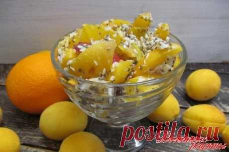 Салат с персиком абрикосом и кокосовой стружкой. Это сезонный, летний салат, в который входят персики, абрикос, банан и апельсин с добавкой из кокосовой стружки и семенами чиа.