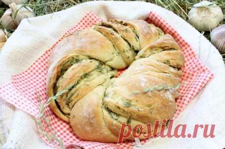 Пирог «Венок» с чесноком и травами: получите настоящее наслаждение!  Свежеиспеченный «венок» с чесноком и травами, завернув холщовую салфетку, удобно прихватить с собой на пикник или на прогулку на свежем воздухе. Отламывая ломти аппетитного хлебушка, так приятно утол…