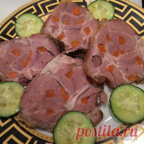 Мясо шпигованное - Сделай сам - медиаплатформа МирТесен Запекаем в духовке примерно 1,5 часа, окорок с лопаткой подольше. Можно запекать в пакете или в фольге, фольгу надо в конце открыть для придания колера. Есть можно и на горячее и вместо колбасы.Очень вкусно нашпиговать свинину черносливом или сделать буженину с чесноком. Вот и с черносливом, правда