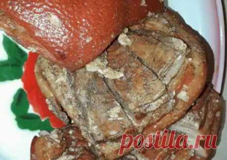 Сало горячего засола - домашний деликатес Ингредиенты: -Вода — 1 л -Свиное сало с прослойками мяса — 1 кг -Луковая шелуха — 3 горсти -Лавровый лист — 2 шт. -Чеснок — 7 зубца -Соль — 200 г -Сахар — 2 ст. л. -Перец черный — по вкусу Приготовление: 1.Наберите в емкость воду, добавьте в нее сахар, соль, лавровый лист, луковую шелуху и ставьте вариться. Луковой шелухи можно добавить и больше. Когда вода закипит, положите в нее обмытое сало — пусть оно проварится еще 20—30 минут...