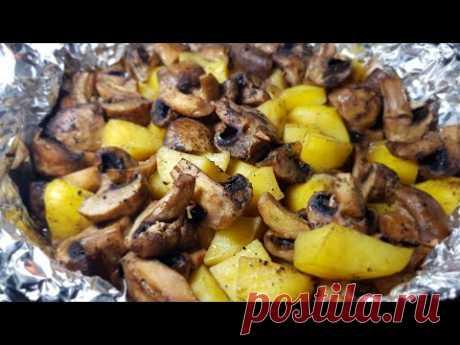 Беспроигрышный вариант вкусного блюда для постного стола: картофель с грибами в духовке. Такое горячее можно подать на ужин или на обед: просто, быстро, вкусно – и у плиты стоять не нужно. А что еще больше радует: никакой грязной посуды. Все ингредиенты отправляются сразу в форму для запекания.
