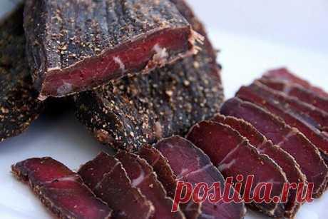 Вяленое мясо.   Вялить мясо в домашних условиях можно любое – и свинину, и говядину, и птицу. Вопрос только в технологии. Разное мясо требует разных приправ и специй, а также времени на «вызревание». Вяленое мясо хорошо по многим причинам: никаких консервантов, кроме соли, длительное хранение не приводит к ухудшению вкуса, «Скорая помощь» хозяйке в случае нежданных гостей. Ну и добавьте сюда его «транспортабельность», что очень актуально, когда нужно взять обед в дорогу.Ес...