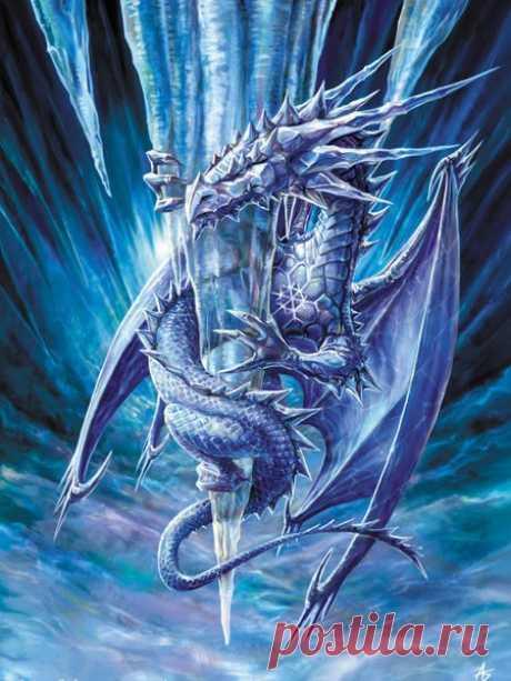 На усыпанных снегом вершинах зазубренных ветреных скал Танцевали драконы, подняв серебристые сильные крылья. И нетающий лёд, их тела покрывающий, ярко сверкал В лунном свете, а снег осыпал их жемчужною лёгкою пылью.  Танцевали драконы, с уступов бросаясь в крутые пике, У земли извернувшись, взмывали в прозрачные светлые дали И легко и размашисто плыли по тихой небесной реке. В чешуе, отражаясь, искристые ясные звёзды блистали…  Танцевали драконы, тенями мелькая в расплывча...