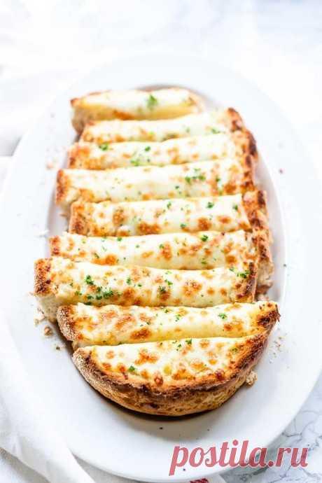 Чесночный хлеб с двумя видами сыра и зеленью