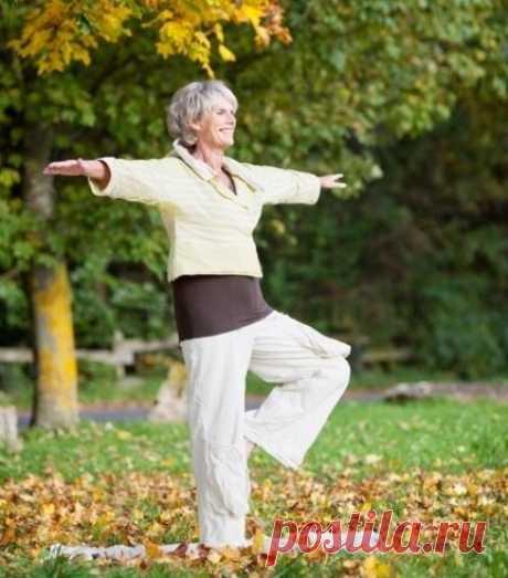 Простое упражнение для возраста 50 плюс от многих болезней. Зачем так нужно стоять | Блоггерство на пенсии | Яндекс Дзен