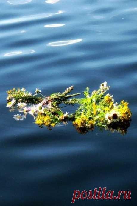 Как дурманяще пахли трава и цветы В этот вечер, поддёрнутый влагой, И вздыхали чуть слышно овраги От такой неземной красоты.  Я сплету ожерелье из трав и цветов И на гулком речном перекате Брошу в воду его на закате, Став владычицею твоих снов.  В ожерелье моём не простые цветы, Не простая трава - колдовская. Каждый стебель рукою лаская, Я вплетала в него пыл мечты.  И шептала в ночи заговоры и ночь Отвечала мне страстно и звонко Соловьиною песней и тонкой Вязью волн, убег...