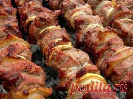Фантастически мягкое мясо на шашлыки за полчаса!  3 способа:  1. Рецепт весьма прост-на 2 кг мяса-1 большой киви или 2 маленьких.Спелые разминаем руками и перемешиваем с мясом,а твёрдые киви режем на мелкие кусочки тоже перемешиваем с мясом. Специи и лук-как обычно любите.мясо всегда становилось мягким всего за полчаса!!!  2. Гранат 2 шт(желательно не гранатовый сок а именно гранат) либо стакан сока, 2/3 стакана сухого красного вина (примерно 150 мг), лук (много) - это при...