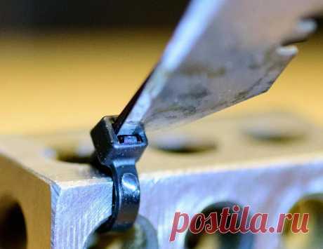 Делаем за 5 минут инструмент для снятия кабельной стяжки Многие знают, что одноразовые кабельные стяжки можно использовать многоразово. Для снятия стяжки можно использовать нож, отвертку, любой тонкий и плоский предмет. Мастер с ником schochj предлагает сделать инструмент, который облегчит эту операцию.Сделать такой инструмент несложно, на изготовление