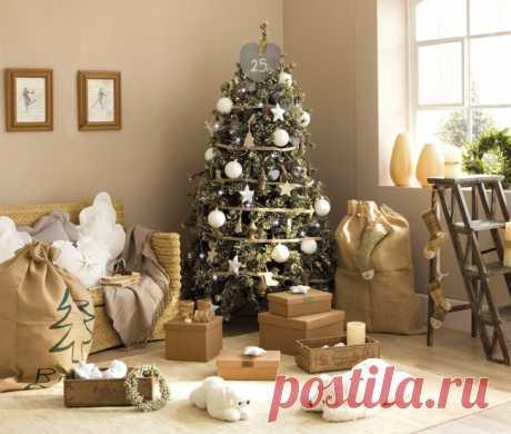 Новый год и Рождество — это два самых больших праздника в году. И тут не обойтись без новогодней ёлки, которая дарит нам знакомое с детства ощущение праздника. Смотрите интересные идеи декора новогодней елки.